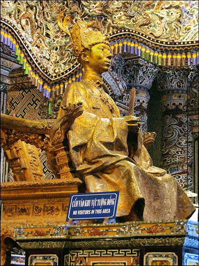 Tượng thờ vua Khải Định trong Lăng mộ Ngài.